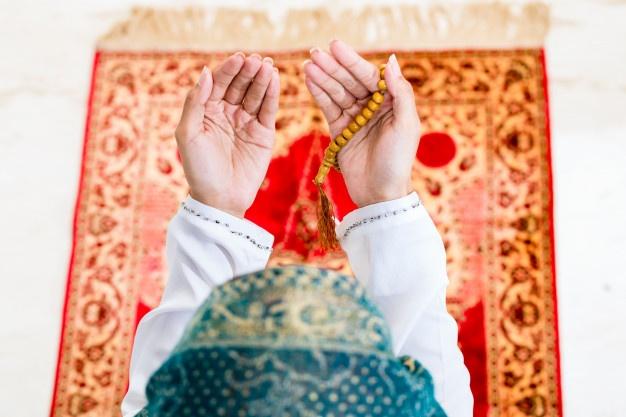 Femme musulmane faisant la prière